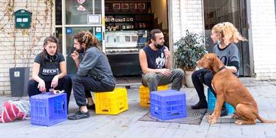 עיריית תל אביב-יפו מציבה מאות ארגזי פלסטיק צבעוניים לישיבה במרחב הציבורי